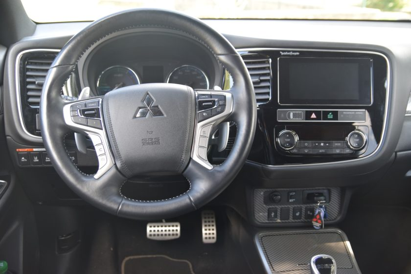 Mitsubishi Outlander PHEV prostor řidiče