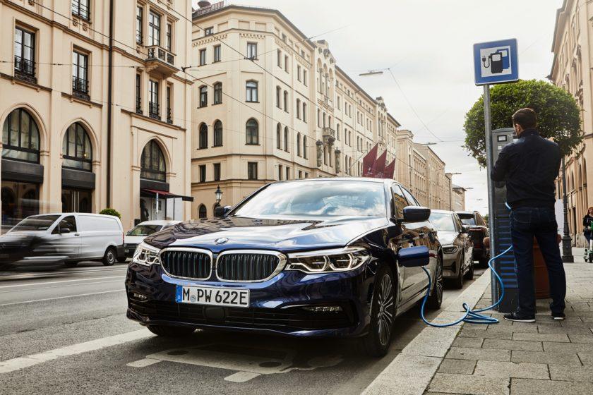 BMW 530e Sedan nabíjení